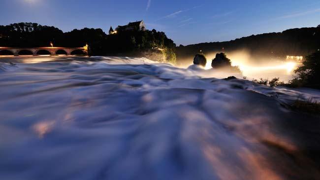 Rheinfall-schaeumend-nachts