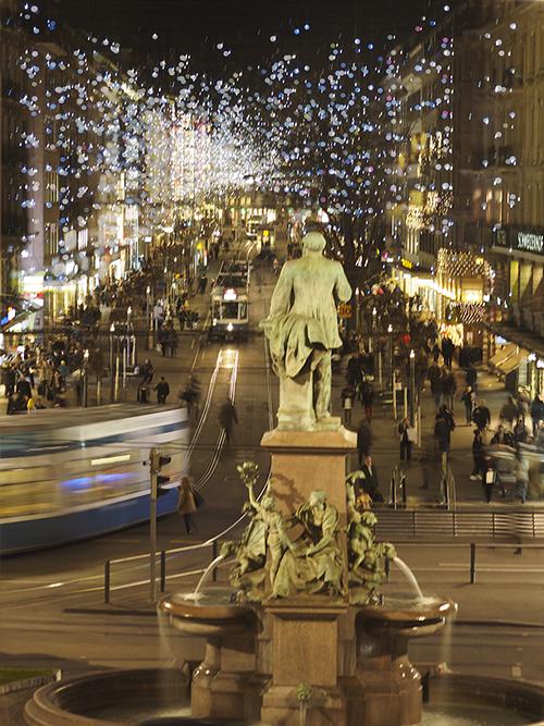 Zuerichs-Bahnhofstrasse-mit-Weihnachstbeleuchtung-Lucy